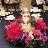 テーブルのお花はダリアをメインに