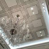天井が高い会場でシャンデリアがキレイです