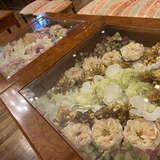 ゲスト待合スペースの机も花と一緒に飾れる