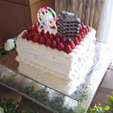 観覧車とホテルを乗せたウェディングケーキ