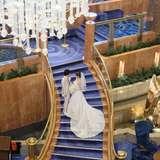 ドレスが映えるロビー階段