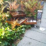 披露宴会場の屋敷のお庭にある銅板の水桶