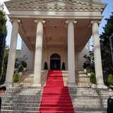 入口正面の大階段