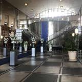 大きな階段が特徴の開放感のある挙式会場