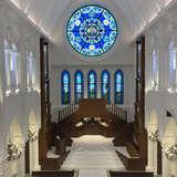 天井が高く開放的な挙式会場