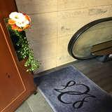 入り口エスカレーターと装花