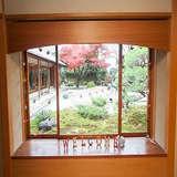 クロークのバックに日本庭園
