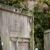 会場入り口の門