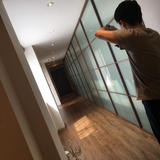 廊下。写真やウェルカムボードを置いた。