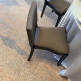 椅子と絨毯は落ち着いた色味