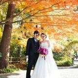 紅葉を背景に撮影。
