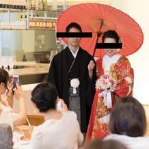 色打掛で入場、和傘をさして