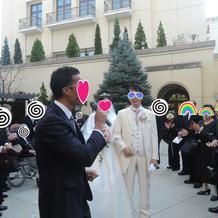 挙式後、外国人歌手のお祝いの歌