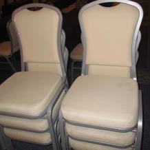 会場の椅子 当日は、これにカバーをかける