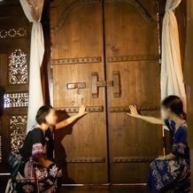大きな木彫りの扉