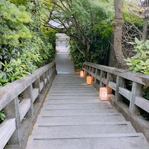 挙式会場までの下り階段