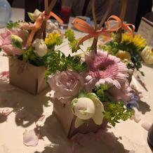 テーブルバルーンの周囲に小花を添えて。