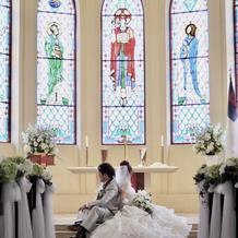 ステンドグラスを背に新郎新婦が映えます