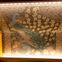 建物内天井の孔雀