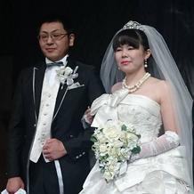 神田うのさんのドレスと桂由美さんのベール