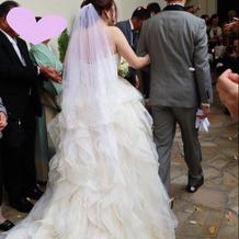 外の石畳でもドレスが映える!