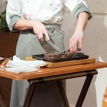 お肉料理をシェフが運びカットする演出