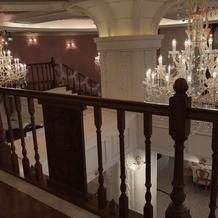 チャペルから披露宴会場へと続く廊下