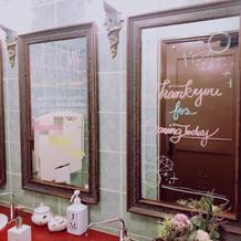 化粧室の鏡にも歓迎のメッセージ