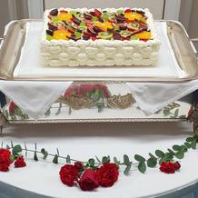 テーブル装花に合う生ウェディングケーキ☆