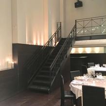 披露宴会場は階段が両側にあります