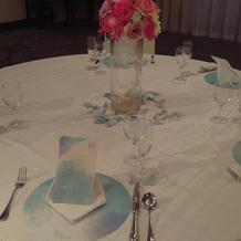 白×ピンクの装花テーブルコーディネート
