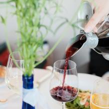 ワインを注ぐ時のボトルが素敵です♪