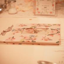 各テーブルにアルバムを置きました