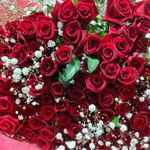 サプライズのバラの花束