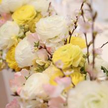 卓上装花には桜を加えました