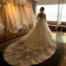 後ろが印象的なドレス