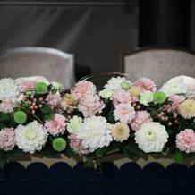 白と淡いピンクの装花