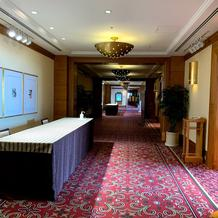 高層階の披露宴会場前の廊下