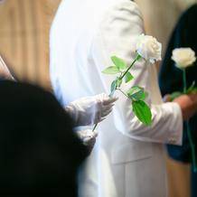 挙式中、両親に渡すバラ