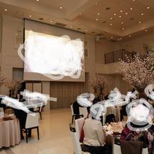 白基調の素敵な披露宴会場
