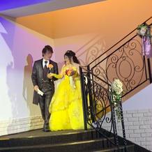 階段の踊り場でブーケトスです