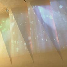 照明を暗くしてチャペルの壁に映した映像