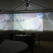 2階の会場の後ろの壁に映した映像