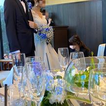 披露宴の時にはブーケに青の花材追加
