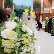 挙式会場と衣装、装花