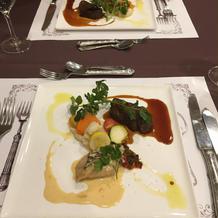 お魚とお肉料理。お魚料理のソースが美味。