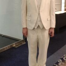 試着付きのフェアで新郎は用意されていた服