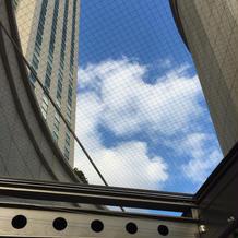 チャペル脇の通路から空が見える。