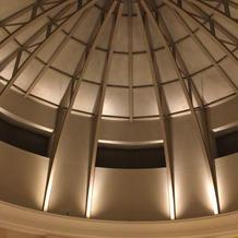 アトリウムチャペルへの道。天井が個性的。