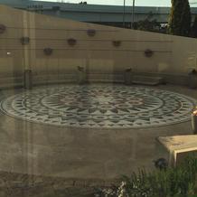 挙式後にフラワーシャワーが出来る中庭。
